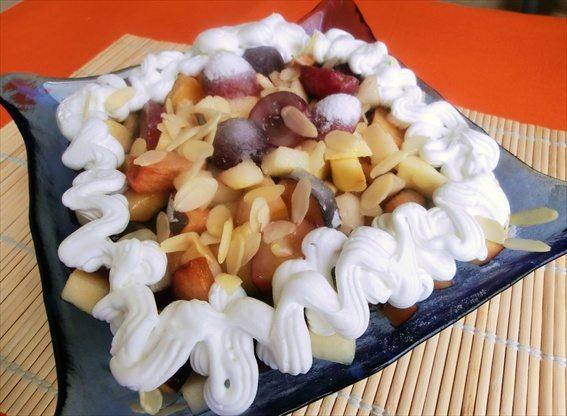 insalata-dessert-di-frutta-con-panna-e